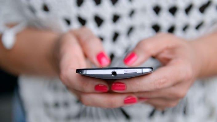 celular en la mano